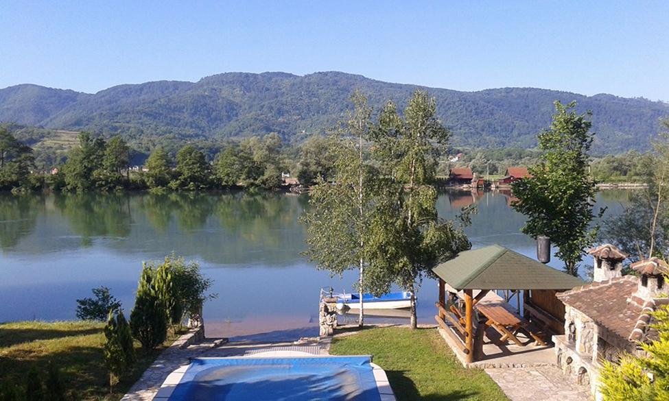 Bazen i pogled na jezeru u apartmanima Drinski San