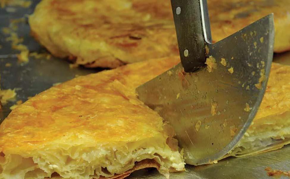 Burek sa sirom u Nišu isečen na četvrtinu