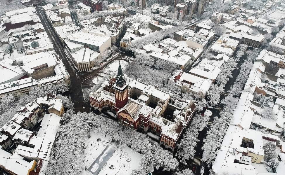 Pogled na centar Subotice pod snegom iz drona