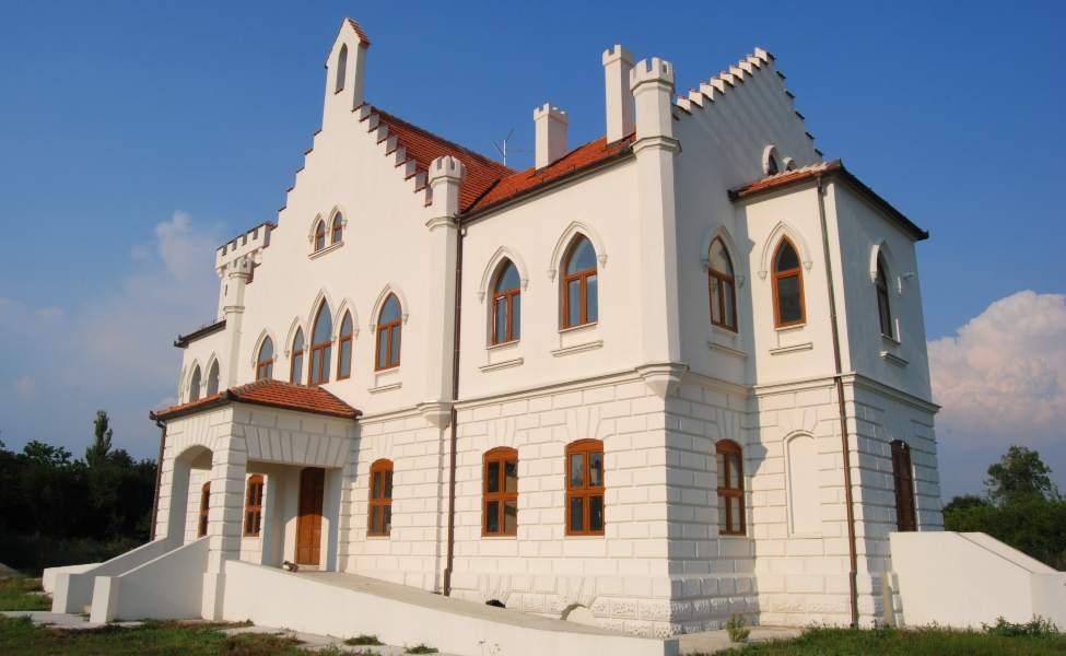 Bela fasada Dvorca Kapetanovo