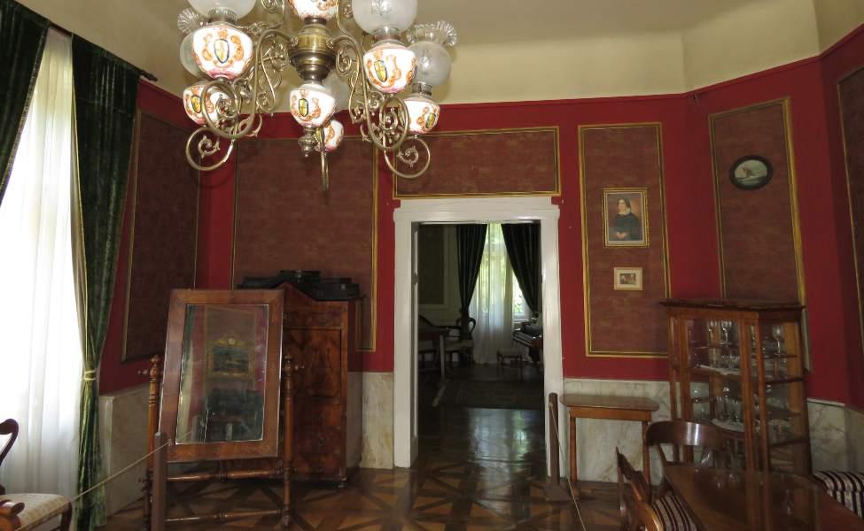 Pogled na muzejsku postavu stilskog nameštaja u Kulpinu