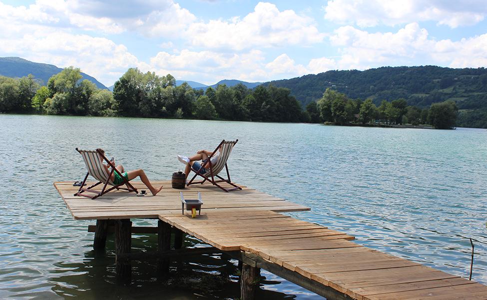 Turisti odmoraju pored reke u okolini Drine