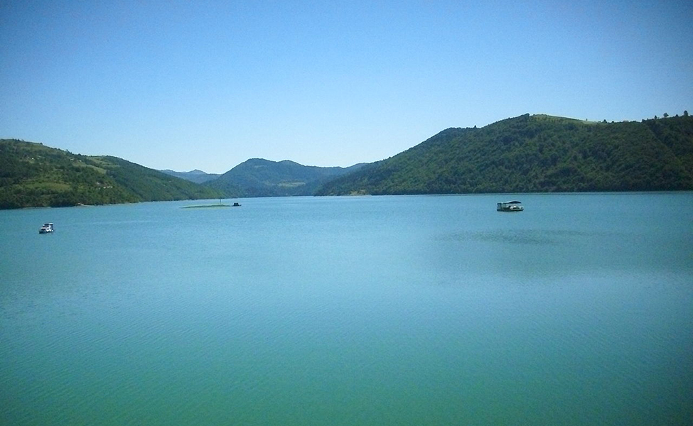 Zlatarsko jezero i čamci na njemu- panorama