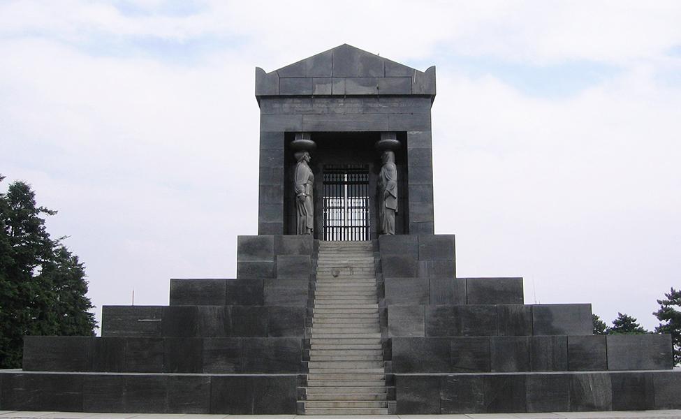 Spomenik Neznanom junaku na vrhu Avale
