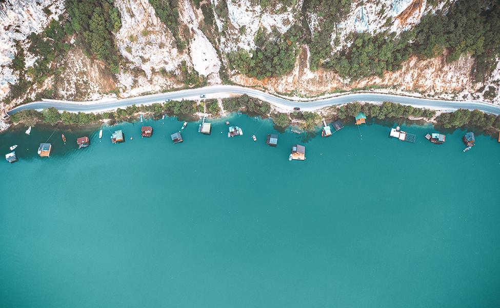 Leto na Perućačkom jezeru i autentični splavovi