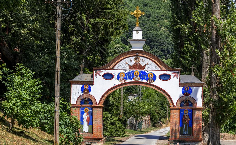 Ulazak u manastir na Fruškoj gori