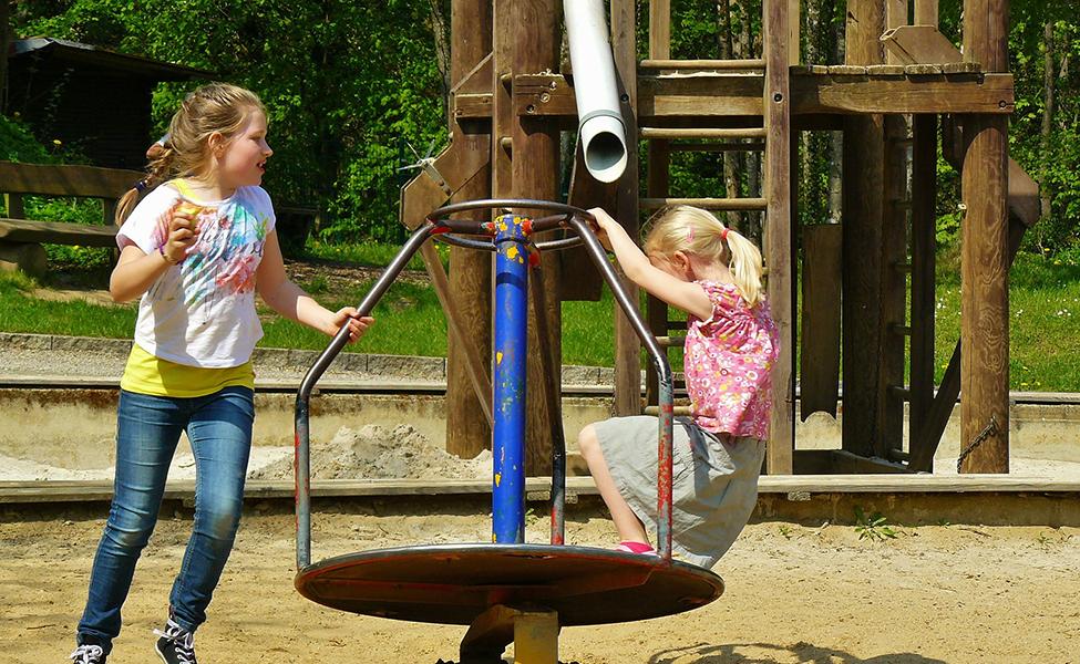 Deca se igraju na igralištu