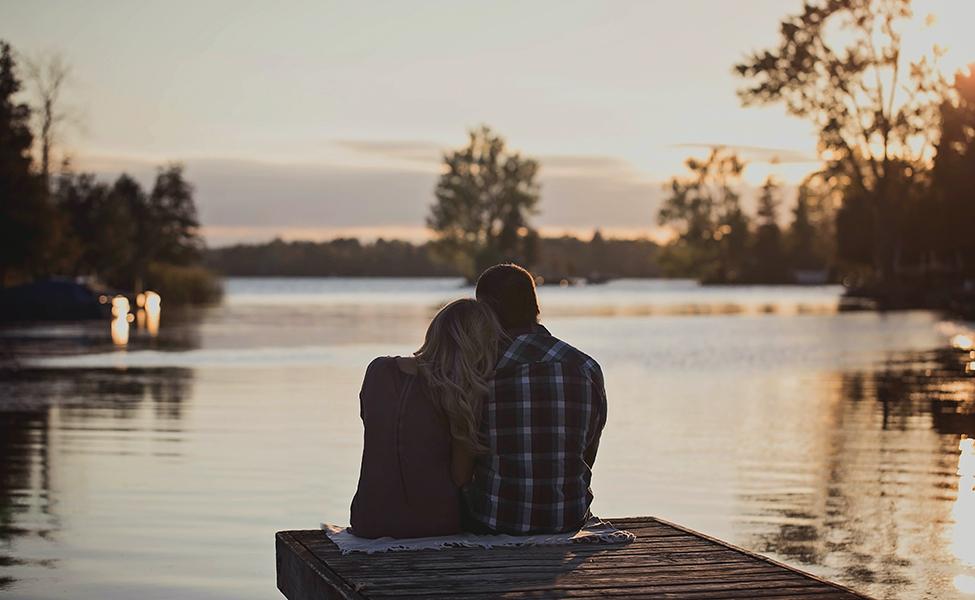 Zaljubljen par na reci