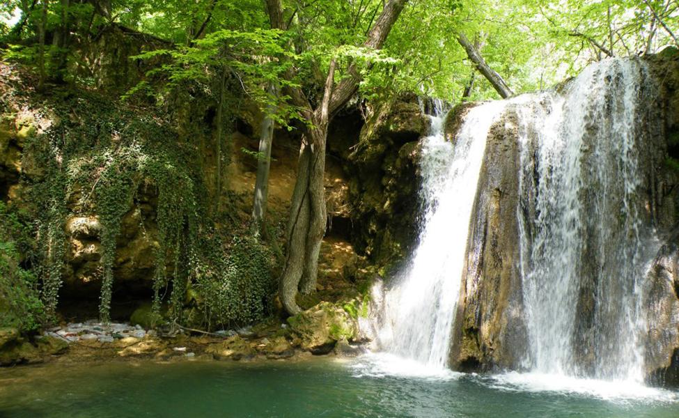 Jezero i vodopad u netaknutoj prirodi