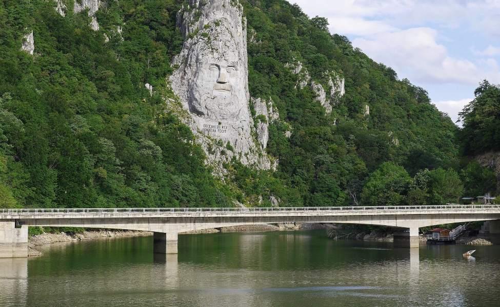 Reljefni prikaz kralja Decebala uklesan u stenu nad Dunavom