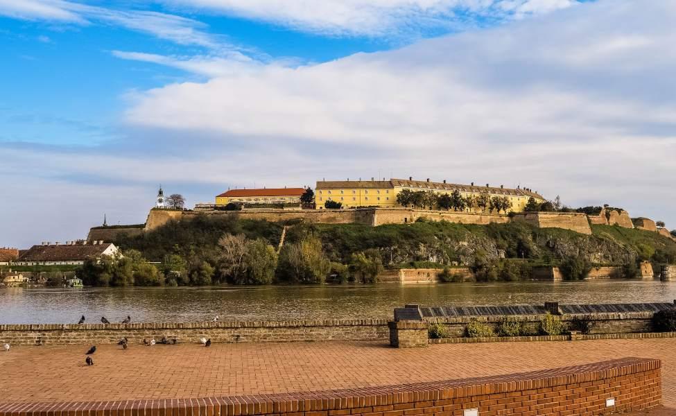 Pogled na dunav i Petrovaradinsku tvrđavu