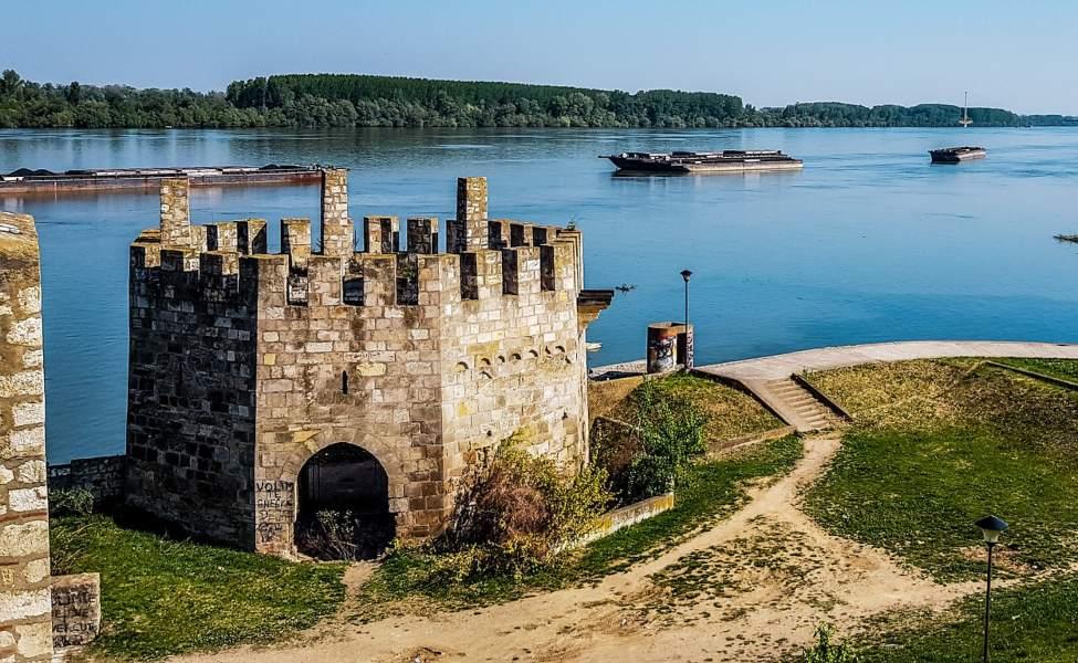 Osmougaona kula Smederevske tvrđave na samoj obali Dunava