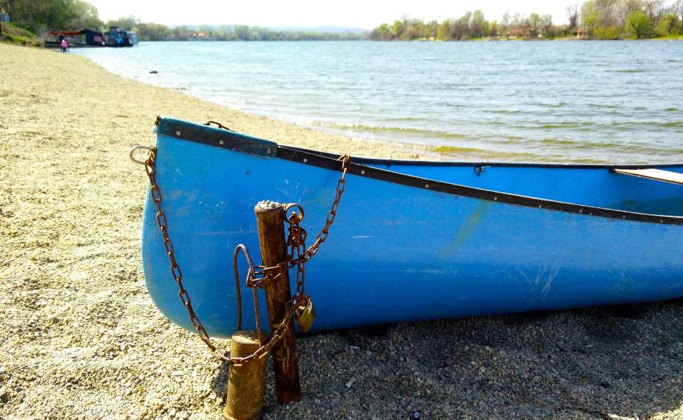Plavi čamac u pesku na obali Srebrnog jezera