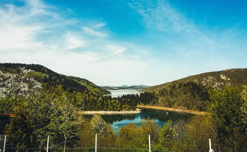 Gusto zelenilo okružuje bistru vodu Zlatarskog jezera