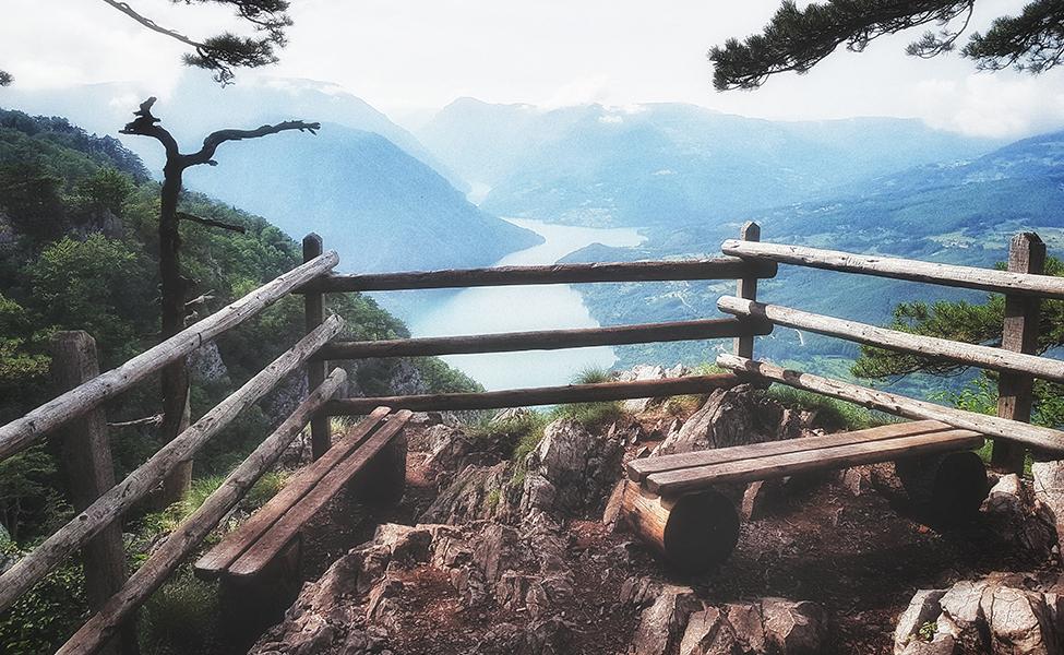 Pogled sa vidikovca Banjska stena na zelenilo Bosne i Drinu