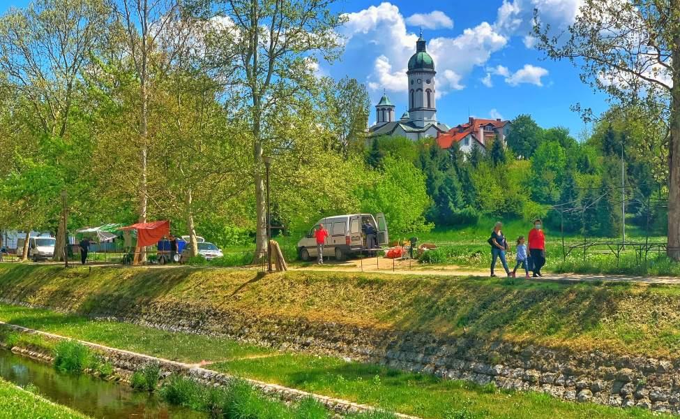 Pogled na kanal i toranj crkve u Loznici