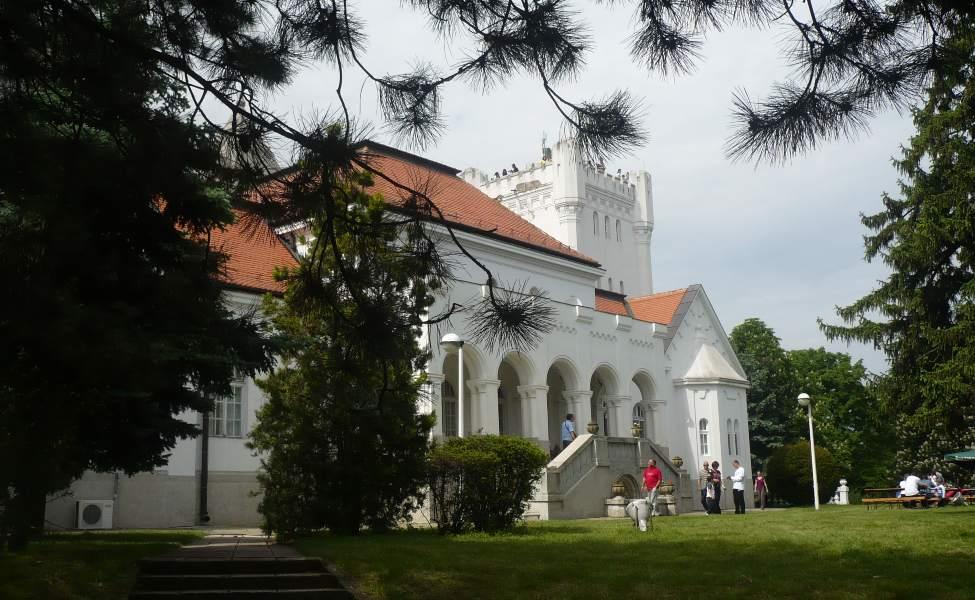 Bela fasada dvorca Fantast kod Bečeja