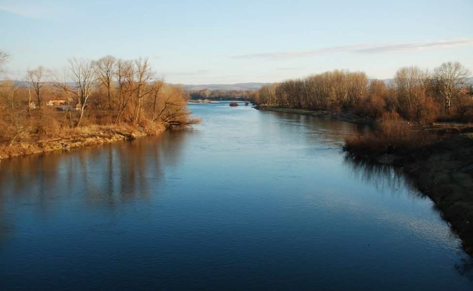 Široki tok Velike Morave kod mesta Varvarin