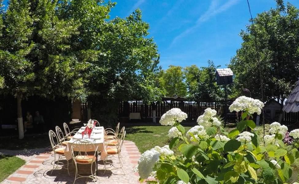 Dvorište i stolovi Našeg salaša
