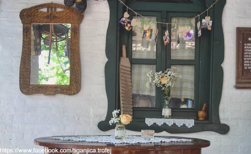 Starinski prozor u etno selu Tiganjica