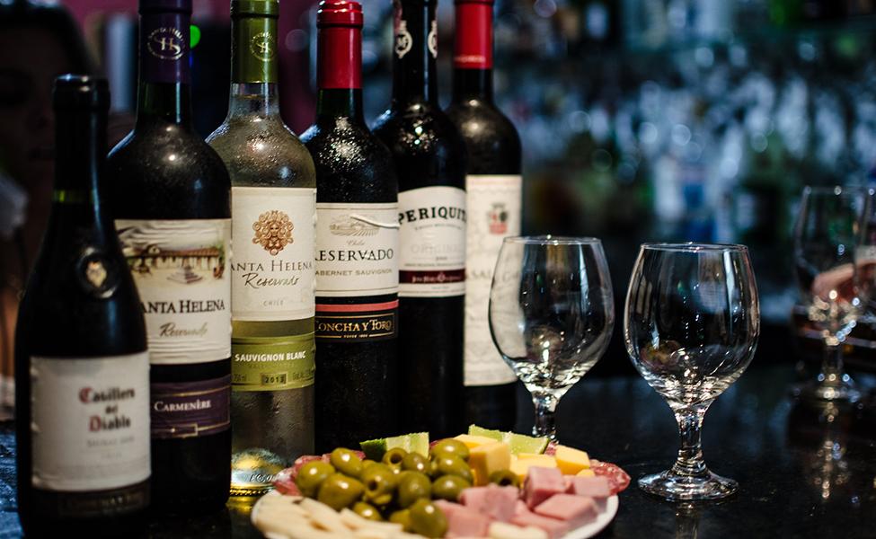 Vinarija i vinske boce sa hranom