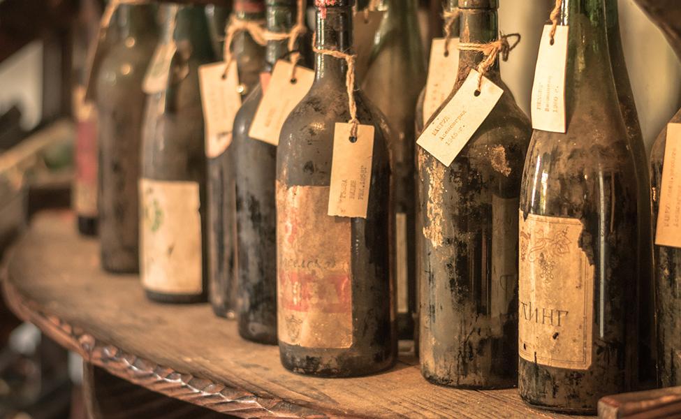 Stare vinske boce u pordumu