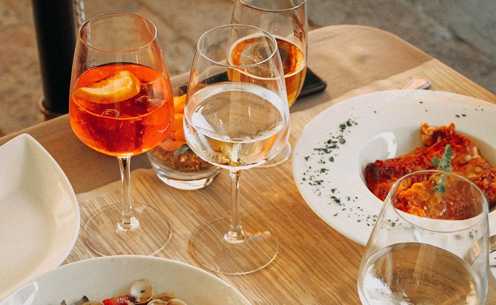 Vino u restoranu uz italijansku pastu
