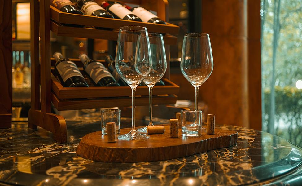 Enetrijer vinarije sa vinskim bocama i čašama