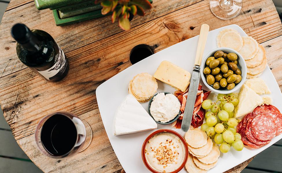 Vino i meze, dominiraju sir i masline