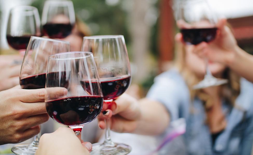 Crveno vino koje se služi na proslavama