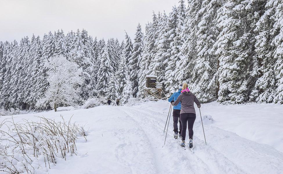 Skijaši idu do skijaške staze i žičare