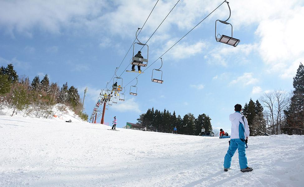 Skijaši uživaju u čarima zime i aktivnostima na žičari