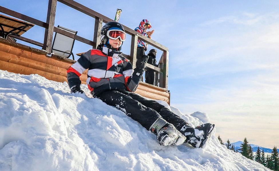 Dečak skija po planini