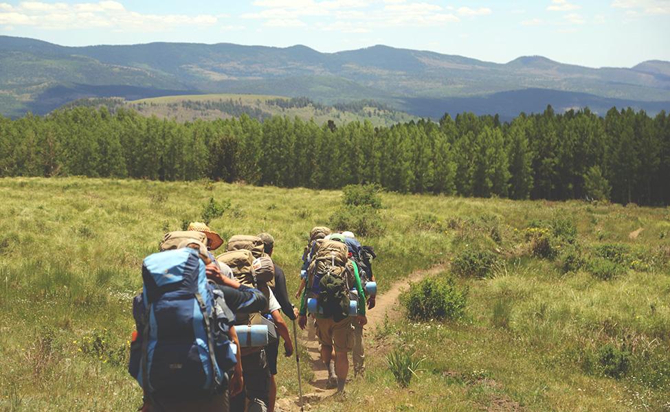 Planinari planinare po planini sa planinarskom opremom