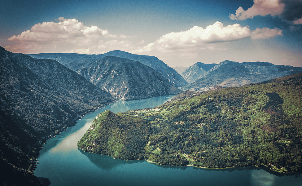 Reka Drina vijuga kroz prirodu