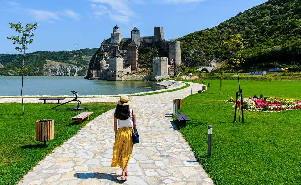 Golubačka tvrđava i devojka koja ga posećuje