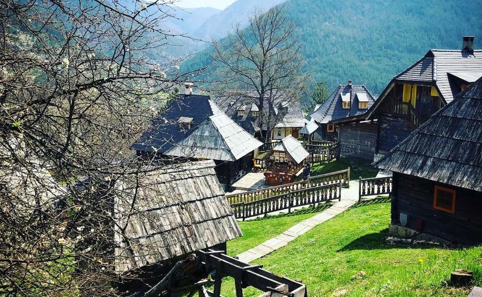 Kućice brvnare u Drvengradu na Mećavniku