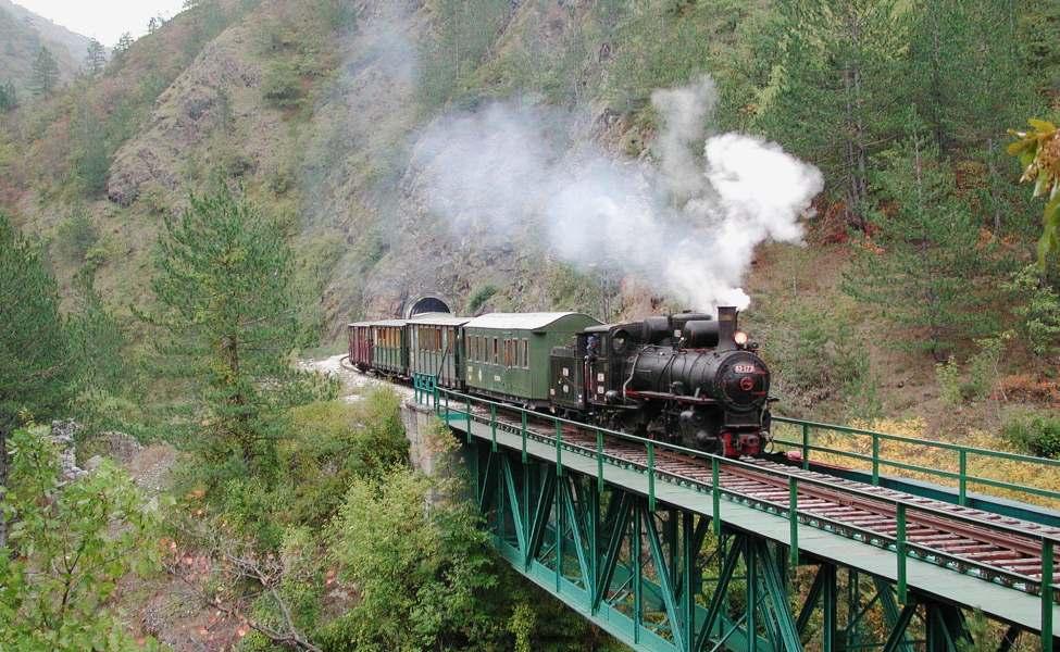 Turistički voz prolazi preko mosta na ruti Šarganska osmica