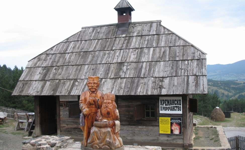 Statua proroka Tarabića ispred njihove kuće, današnjeg spomen-muzeja