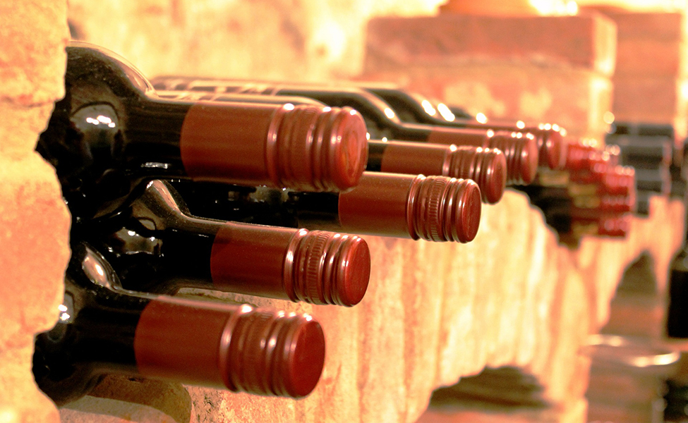 Vinske boce u vinskom podrumu