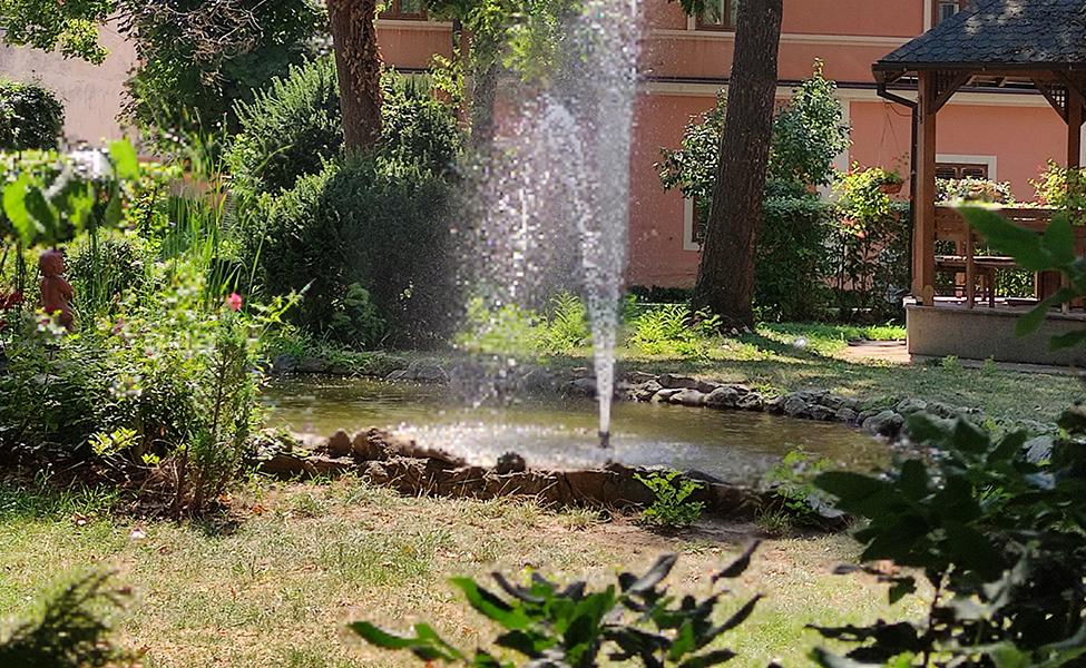 Dvorište sa fontanom u Patrijaršiji, u Sremskim Karlovcima