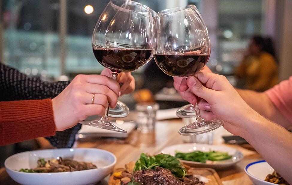 Uživanje u hrani i crvenom vinu sa prijateljima
