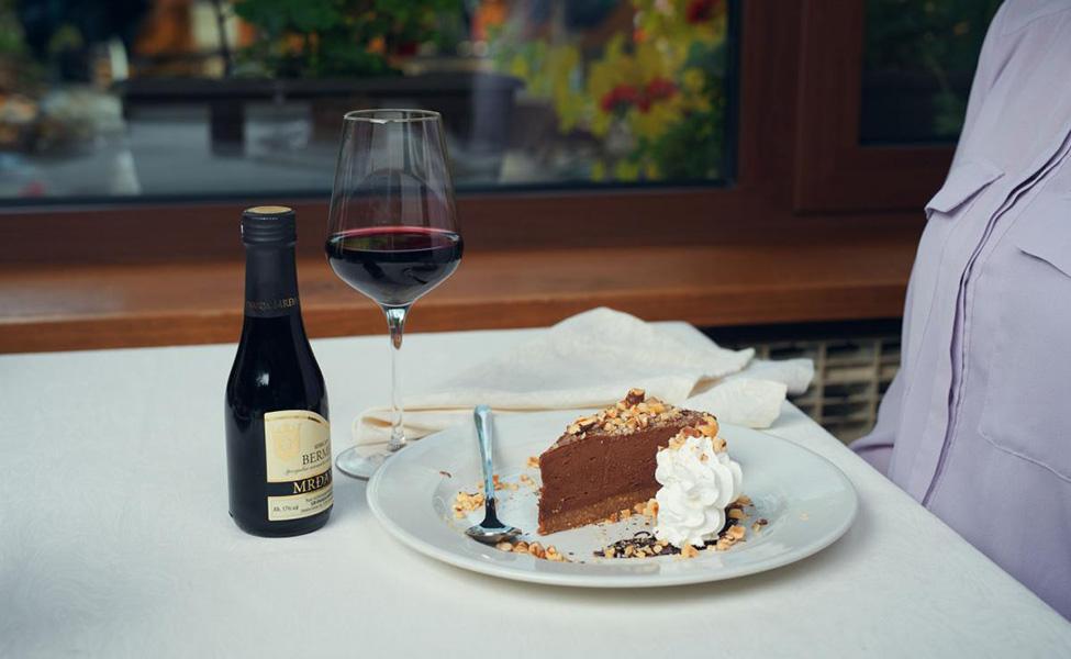 Kolač i vino u restoranu