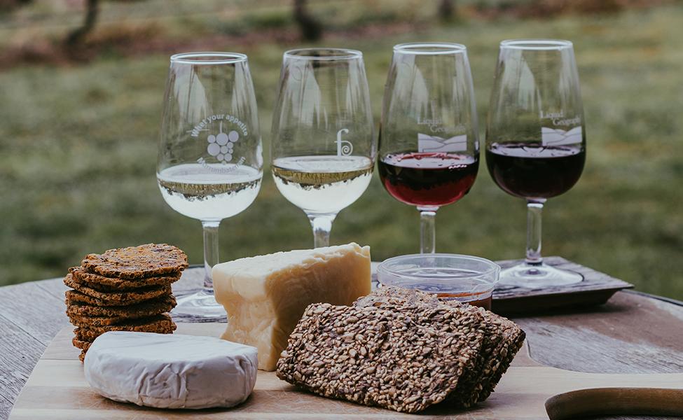 Vinske čaše sa aperitivima, dominira sir