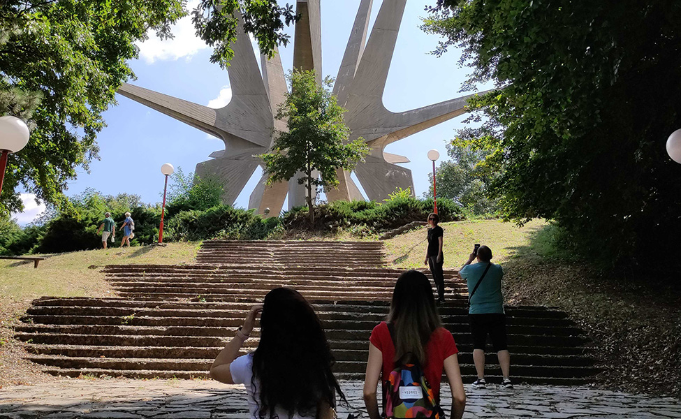 Spomenik na Kosmaju, turisti koji idu ka njemu