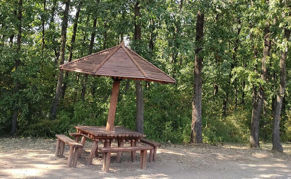 Drvena klupica i prostor za odmor na Kosmaju