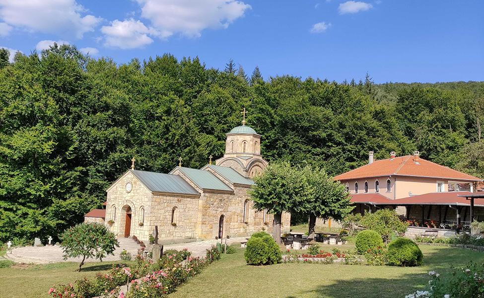 Manastir Tresije sa svojim dvorištem i ružama