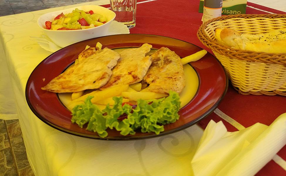 Hrana u restoranu Kosmajski vidik, poslužen pileći, beli file