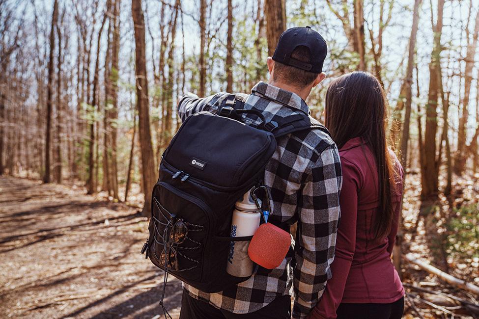 Momak i devojka idu na planinarenje