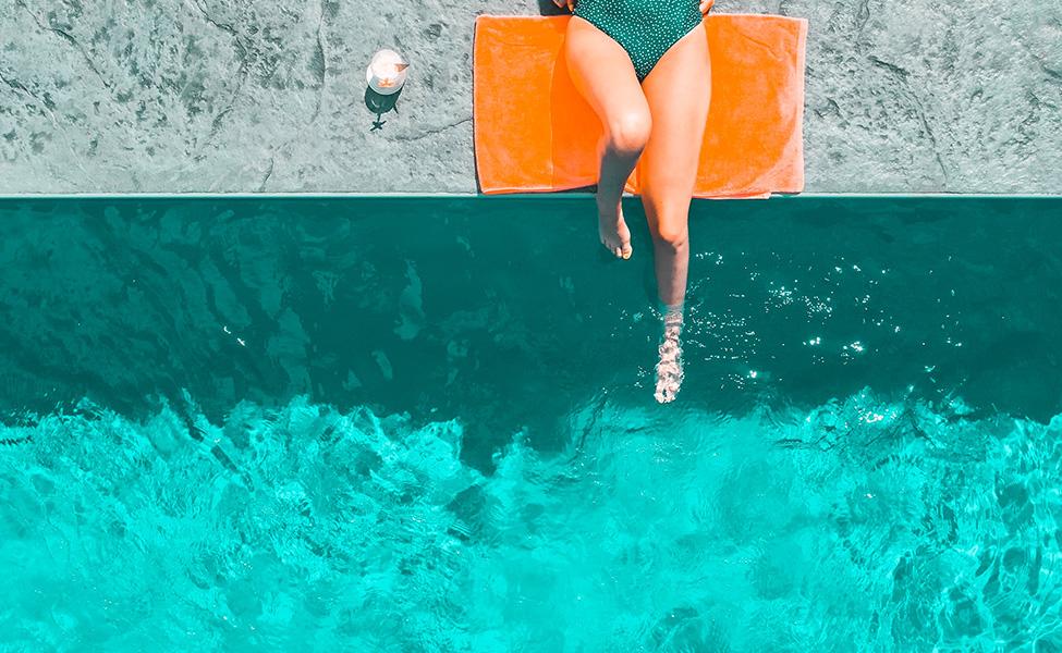 Devojka koja se sunča na bazenu